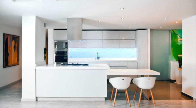 Zalety i wady paneli szklanych do kuchni